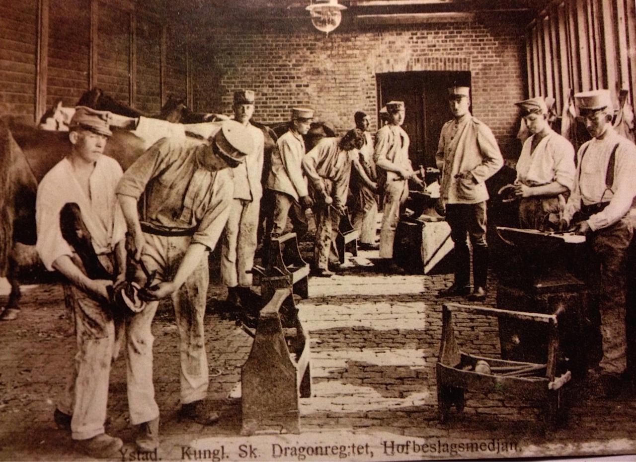 Bilden är tagen i Hofbeslagssmedjan. Jag är osäker på om de blivande  officerarna fick ägna sig åt så simpla sysslor som att sko  De fick kanske  sina hästar ... 75c4f68f3fb53