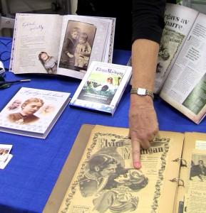 Kathinka med Lycka-boken. DetaljIMG_1437
